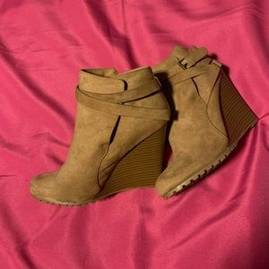 NWOT Shoe Dazzle wedged booties